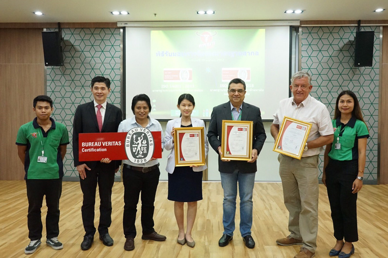 คาราบาวแดง ตอกย้ำการเป็นสินค้าระดับโลก แบรนด์ระดับโลก เครื่องดื่มชูกำลังรายแรกในไทย ที่ได้รับการรับรองมาตรฐานระบบการจัดการอาชีวอนามัย  ความปลอดภัย และสิ่งแวดล้อม